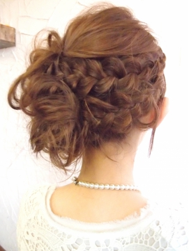 やっぱり可愛い定番アップスタイルのご紹介!後ろ髪を思いっきり上げて、首筋を出すので、<br /> 正面から見ると輪郭が非常にくっきりして、小顔効果もありますよね♪<br /> 様々なアップスタイルを紹介しておりますので、お呼ばれの際の参考にしてください!