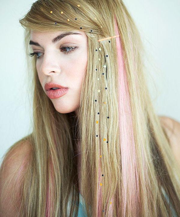 ヘアアイロンで簡単に装着可能のヘアジュエリー、「CHARMSIES(チャームシース)」ってご存知ですか?!<br /> 海外セレブ御用達のヘアスタイリスト、キアラ・ベイリーさんが考案された「髪につけるジュエリー」のことです!<br /> 上の写真の様に、ぱっとみの印象綺麗でエレガントに仕上げてくれる優れものです!<br /> 本記事では、「CHARMSIES(チャームシース)」の使い方などをご紹介します♪