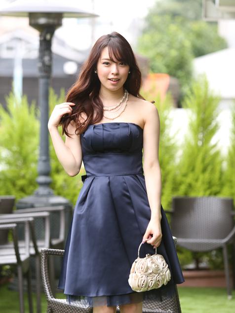 女性らしい丸みを生かしたドレススタイル