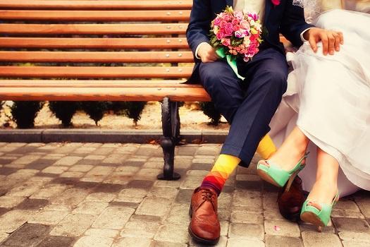 大切な友人・知人・先輩・後輩から結婚式の招待状が届いたときのあの胸の高鳴り・・・<br /> とても幸せを感じる瞬間ですよね♪<br /> <br /> 嬉しい気持ちが先走って、サッと返信はがきを記入して出してしまう方も多いかも?<br /> <br /> でもちょーーーっと待ってください!!<br /> その返信はがき、正しいマナーで書けていますか?<br /> <br /> 親しき仲にも礼儀あり!<br /> <br /> 本日は意外に知らない招待状の返信マナーについてお話を♪<br /> <br /> <br /> 更に、最近ではイラストでデコレーションをするということが流行っているんだとか・・・<br /> 私もSNSで最近知ったんですが。<br /> <br /> 素敵なイラストがたくさんあったのでいくつかご紹介致しますね!<br /> <br /> しかし、こういったイラストでデコレーションをするのは本来ですとマナー違反なんだとか・・・<br /> でも実際、招待状は個人対個人のもの。<br /> 親しい友人であれば、特に問題はないように思えます。<br /> 自分の好きなキャラクターが書かれていたら、誰だって嬉しいですよね(*^^)<br /> <br /> 送る相手を見極めることが大事なポイントになるのではないでしょうか。<br /> <br /> さて、それではまず初めに返信マナーのお話から!<br />