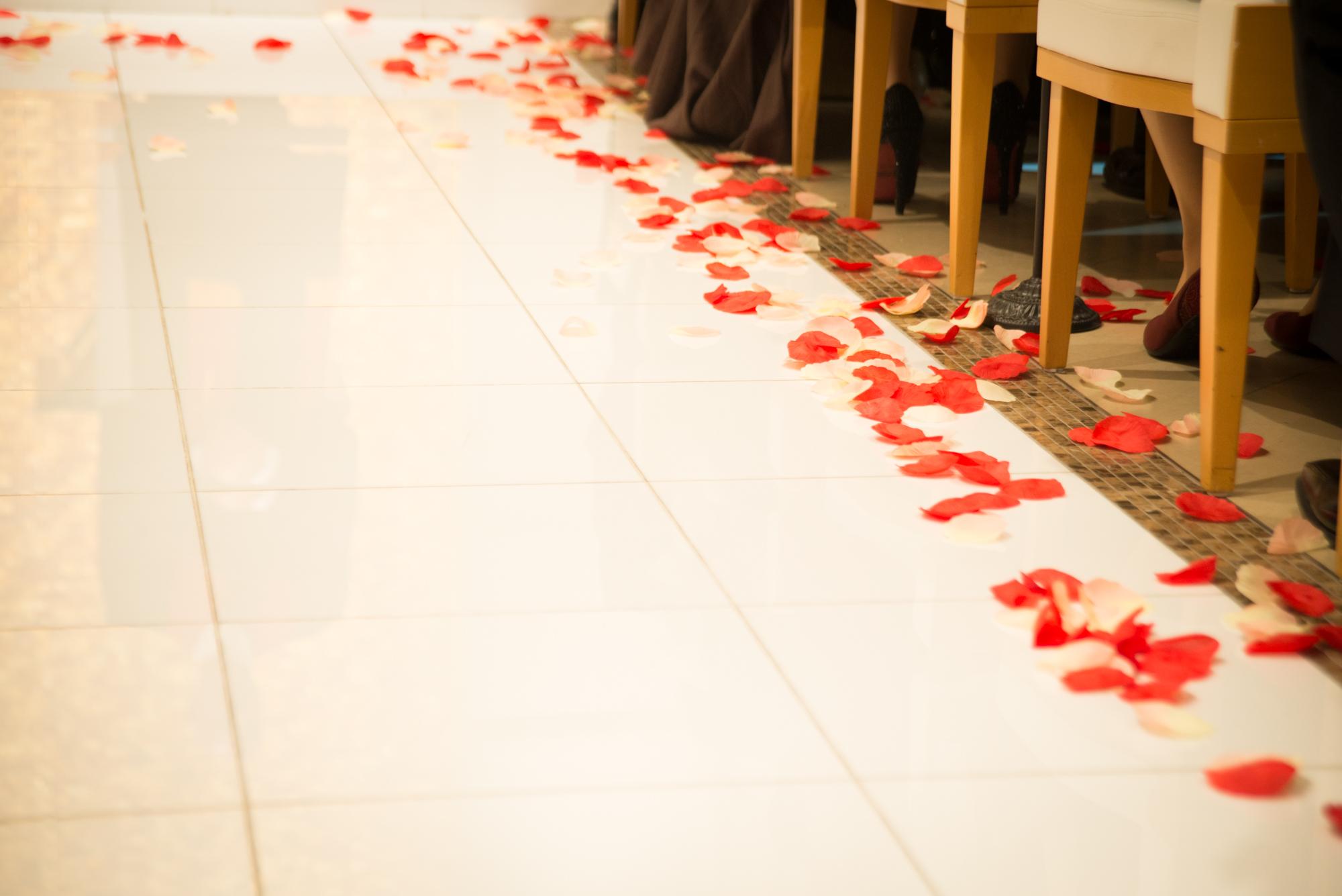 秋は結婚式が多い季節。すごしやすく快適で、赤く色づく紅葉や秋の花など景色も情感豊かに染まる季節です。<br /> 秋の結婚式にお呼ばれした際には、服装にも秋らしいカラーをあしらって結婚式の場を鮮やかに彩りたいところ。秋の結婚式におすすめのコーディネートを、気候に合わせた服装のポイントと合わせてご紹介します。<br />