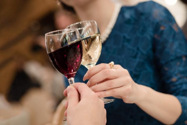 結婚式にはじめてお呼ばれした際に、一番最初に悩むのがパーティードレスの選び方。結婚式に出席したことがない方の場合、ドレスなんて持っていなくても当然です。<br /> はじめてパーティードレスを選ぶなら、袖ありパーティードレスがおすすめ。結婚式に着ていくのにぴったりな、大人上品な袖ありパーティードレスの選び方を詳しく解説します♪