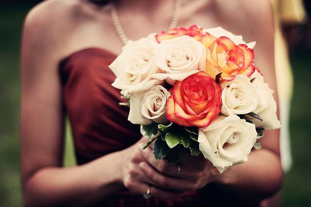 結婚式などパーティにお呼ばれした時に、時折目にする「ドレスコード」という言葉。目にしたことはあっても、一般的にどのような服装が求められるのか、どのような区別があるのかなどはよくわからないという方は少なくないですよね。<br /> ドレスコードには、実は細かい区別やマナーがあります。きちんとお勉強しておけば、いざお呼ばれした時にも悩むことなく服装を決められるはず。ドレスコードの基礎知識と、おすすめのドレスコーディネートをご紹介します。