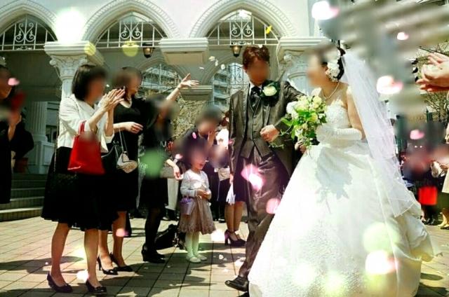 ご親族の結婚式にご出席される場合、気がかりなのが服装のマナーですよね。ドレスを選ぶだけでも、一体どのようなものを選べばいいのか分からないという方も少なくないはず。そんな方のために、今回は親族との関係別に、結婚式での服装のマナーと参考にしたいコーディネートをご紹介します。兄弟姉妹から叔父叔母、いとこまで詳しく解説致しますので、参考になさってくださいね。