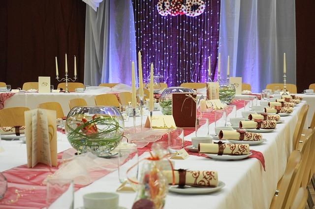 結婚式の披露宴に出席する場合、服装は何を選べばいいのか迷ってしまいますよね。特に、披露宴と挙式では式全体の雰囲気も違いますし、ドレスの選び方も難しいものです。ここでは、結婚式披露宴の服装の選び方で一番大事なことについて、基本的なマナーからよくある疑問まで詳しく解説していきます。